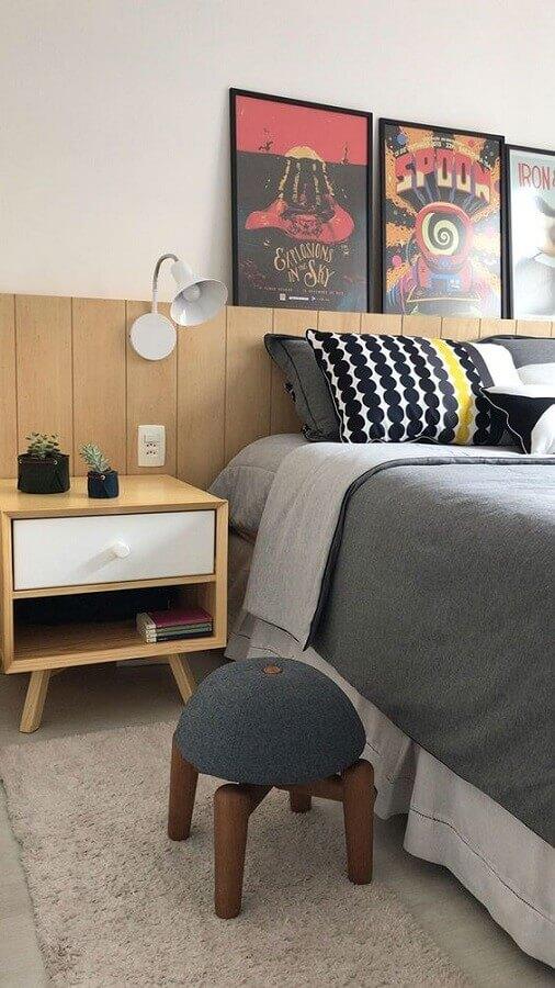 Decoração de quarto com quadros apoiados em cabeceira de cama box de madeira Foto Mira Studio