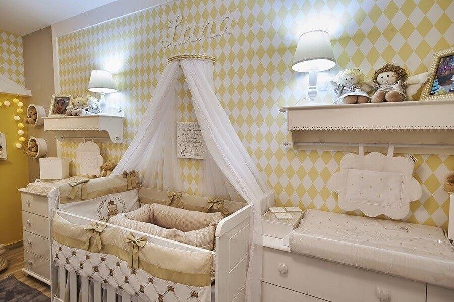 Decoração de quarto de bebê branco e amarelo com dossel de parede Foto Andrea Bento