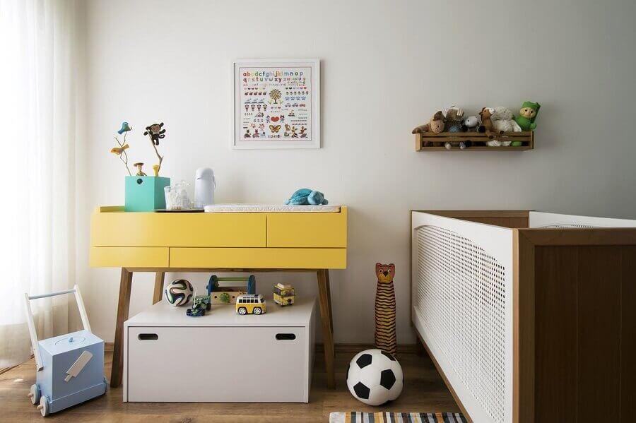 Decoração de quarto de bebê com berço de madeira e aparador amarelo Foto A.M Studio Arquitetura