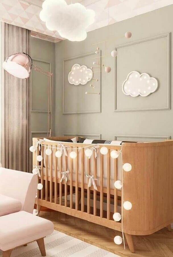 Decoração de quarto de bebê com luminária nuvem e cordão de luz para berço de madeira moderno Foto JB Arquitetura
