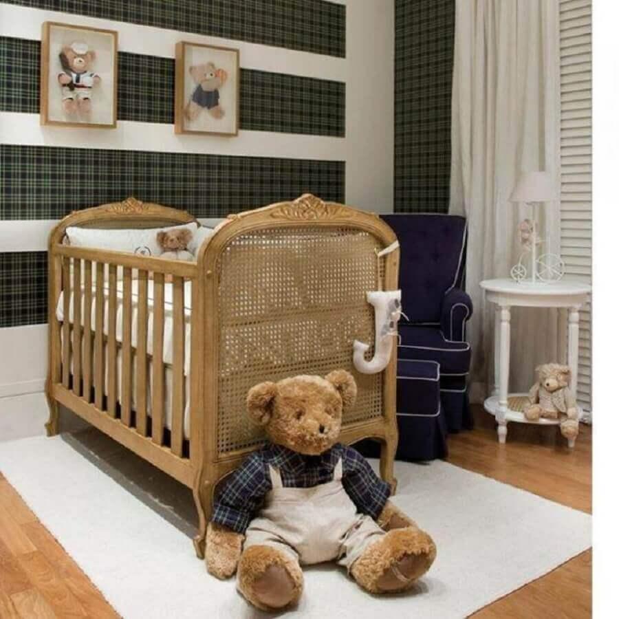 Decoração de quarto de bebê com papel de parede xadrez e berço de madeira provençal Foto Celina Dias Bebe