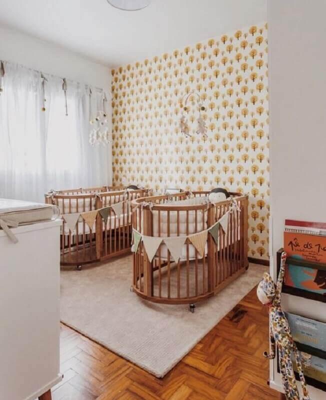 Decoração de quarto de bebê gêmeos com berço de madeira arredondado Foto LZ Mini
