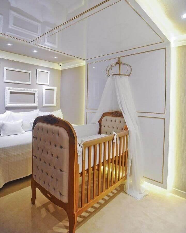 Decoração de quarto de bebê planejado com berço de madeira capitonê e dossel de parede Foto A2 XD Ambientes