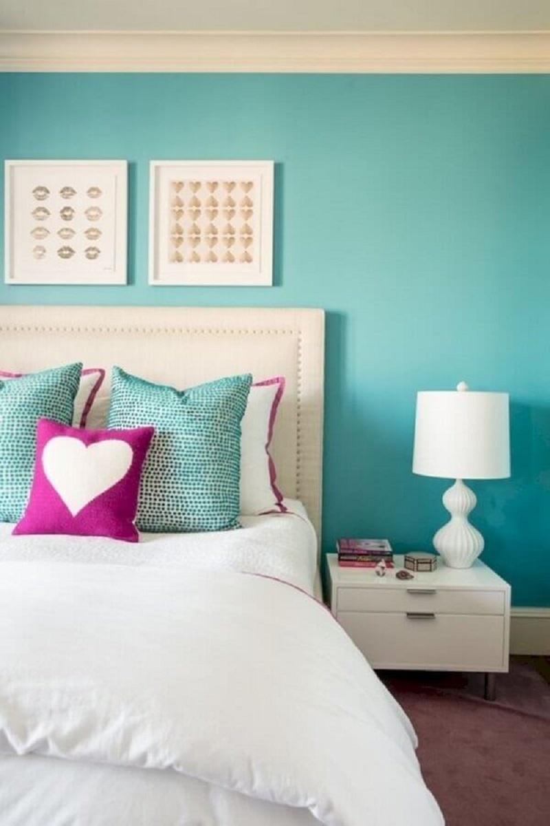 Decoração de quarto de casal branco com cor de tinta azul ciano para parede Foto Decor Fácil