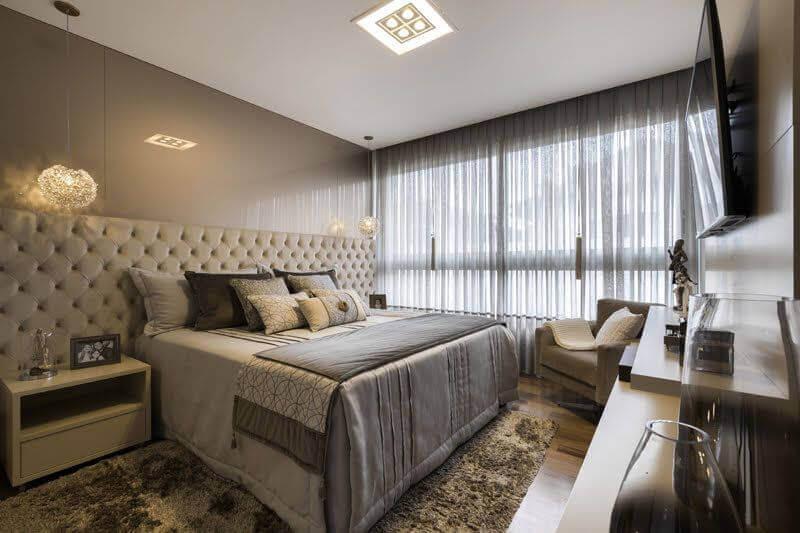 Decoração de quarto de casal cinza com cabeceira almofadada capitonê e lustre de cristal Arredare Arquiteura Engenharia e Interiores