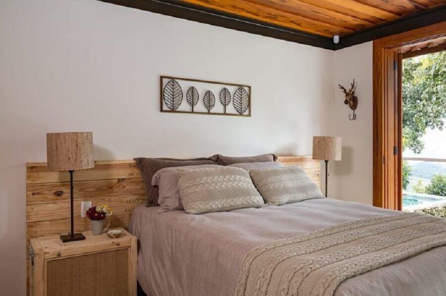 Decoração de quarto de casal com cabeceira de cama box de madeira rustica Foto R. A. P. Arquitetura e Interiores