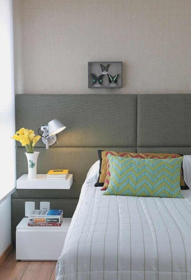 Decoração de quarto de casal planejado com cabeceira almofadada com criado mudo Foto Decor Fácil