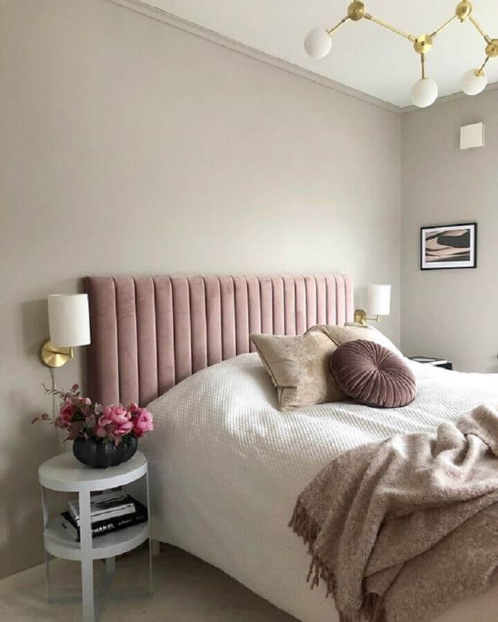 Decoração de quarto feminino com cabeceira de cama box rosa e arandela de parede Foto Curated Interior
