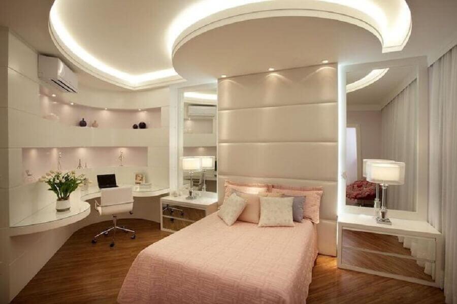 Decoração de quarto feminino planejado com parede espelhada e cabeceira almofadada Foto Aquiles Nicolas Kilaris