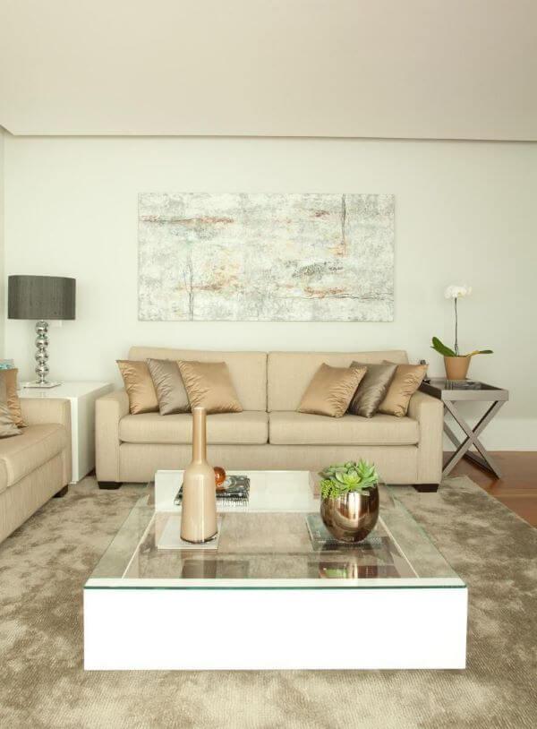 Decoração de sala clássica com enfeitas na cor prata e almofadas bege