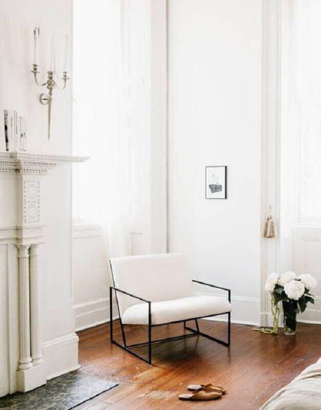Decoração de sala clássica com poltrona branca moderna Foto Style Me Pretty