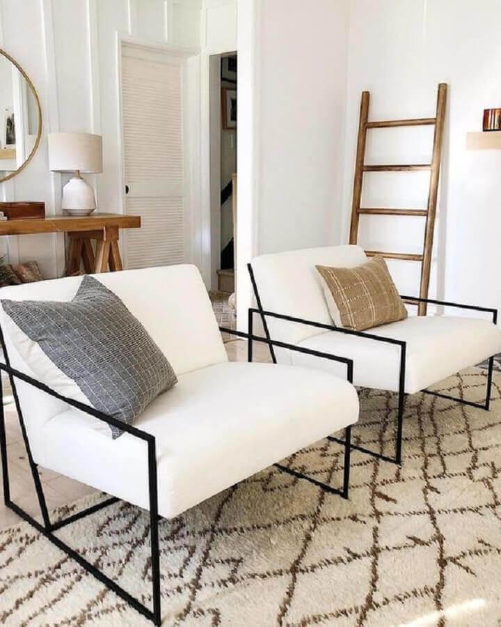 Decoração de sala clean com poltrona branca moderna com estrutura de metal Foto Style Me Pretty