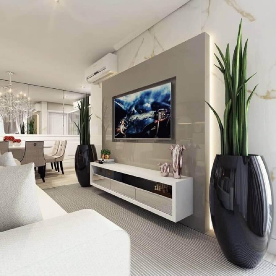 Decoração de sala com plantas artificiais grandes Foto Alana Heil Arquitetura