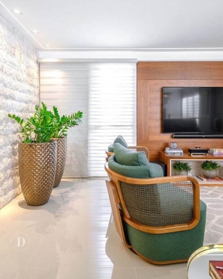 Decoração de sala com plantas artificiais grandes e poltrona moderna verde Foto Daiana Capuci