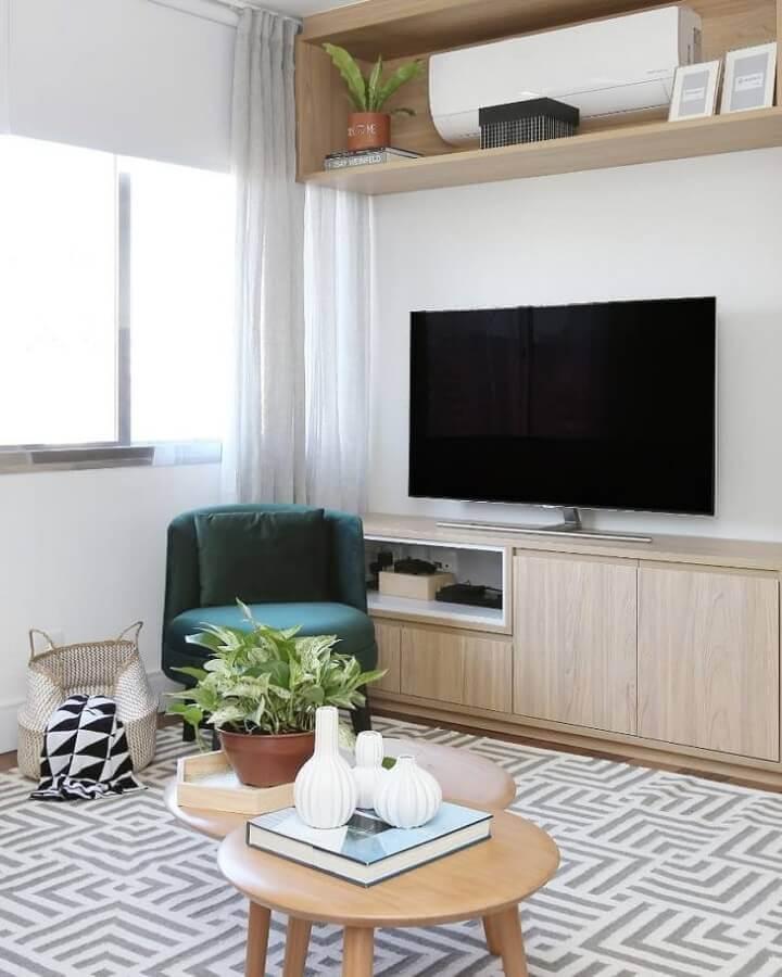 Decoração de sala com plantas e poltrona verde sem braço Foto Mandril Arquitetura