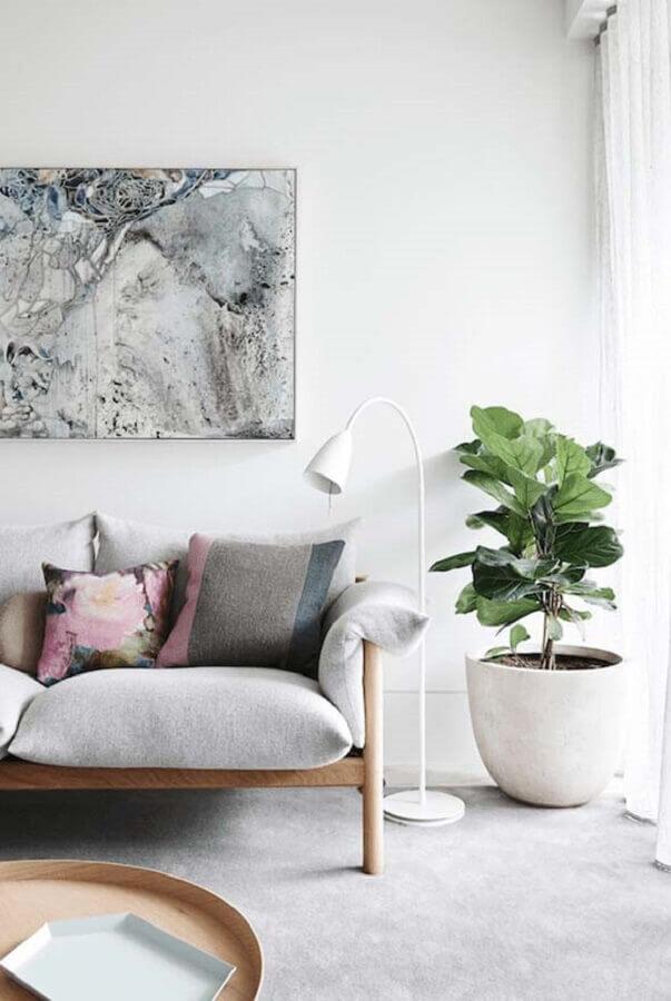 Decoração de sala com plantas e sofa de couro Foto UPMKT