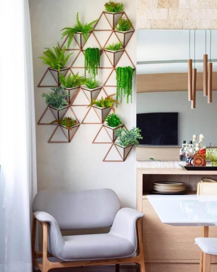 Decoração de sala com plantas naturais na parede e poltrona cinza Foto Tamiris Ribas Arquitetura