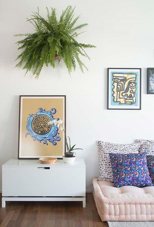 Decoração de sala com plantas pendentes e almofadas para sofa futon Foto Revista Artesanato