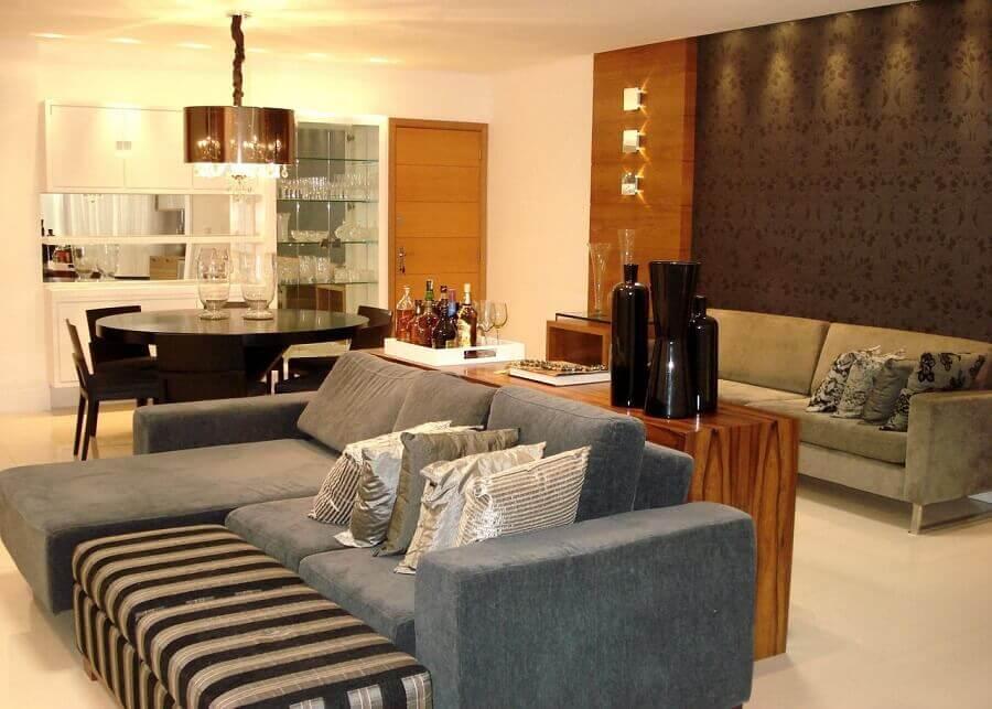 Decoração de sala de estar e jantar integrada com mesa redonda de madeira e sofá cinza Foto CS Projetos Decoração de Interiores
