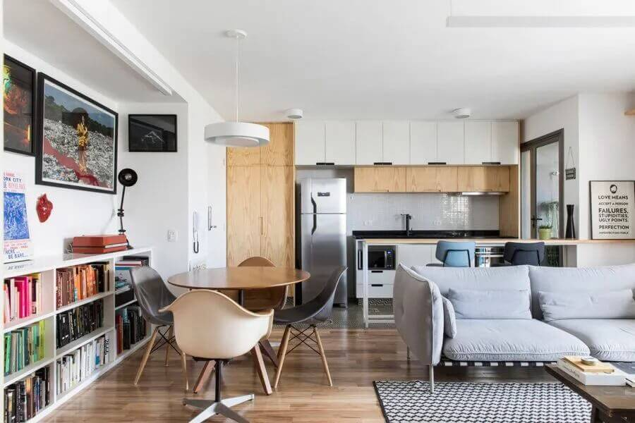 Decoração de sala de estar e jantar integrada com mesa redonda pequena e sofá cinza moderno Foto Iná Arquitetura