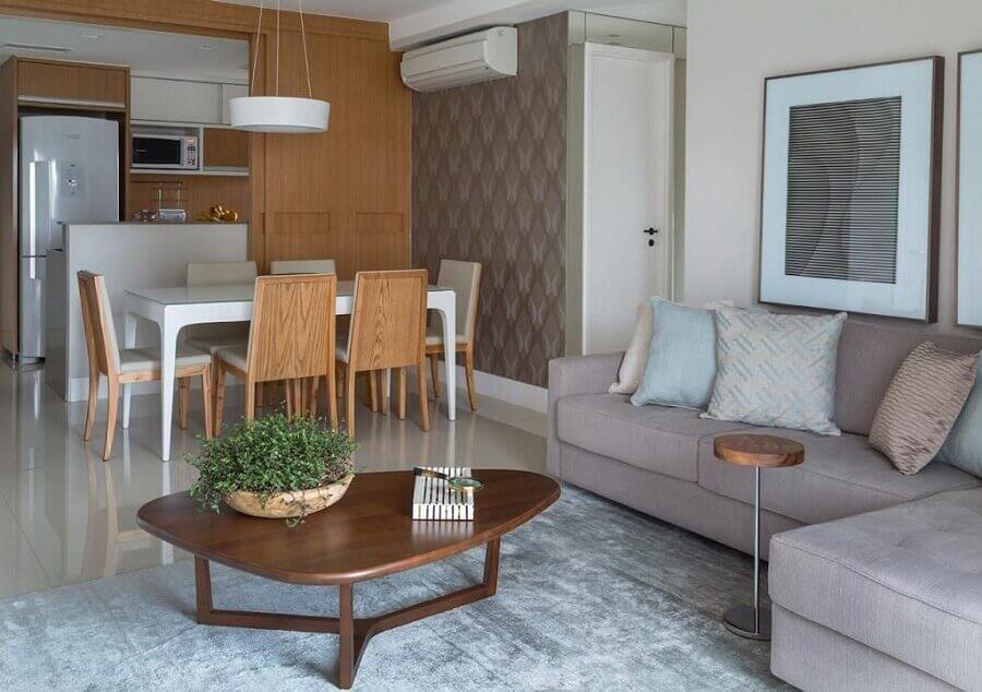 Decoração de sala de estar e jantar integrada com sofá cinza e mesa de centro diferente Foto Ana Yoshida