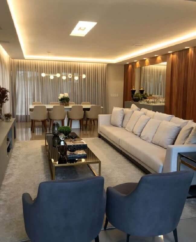 Decoração de sala de estar e jantar integradas moderna com painel ripado de madeira Foto Fernanda Barros Arquitetura