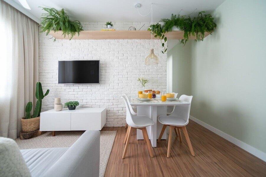 Decoração de sala de estar e jantar integradas pequenas com parede tijolinho branca Foto Studio Canto