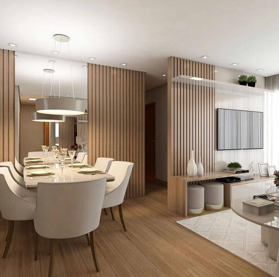 Decoração de sala de jantar e estar integradas com painel ripado de madeira e parede espelhada Foto Decor Fácil
