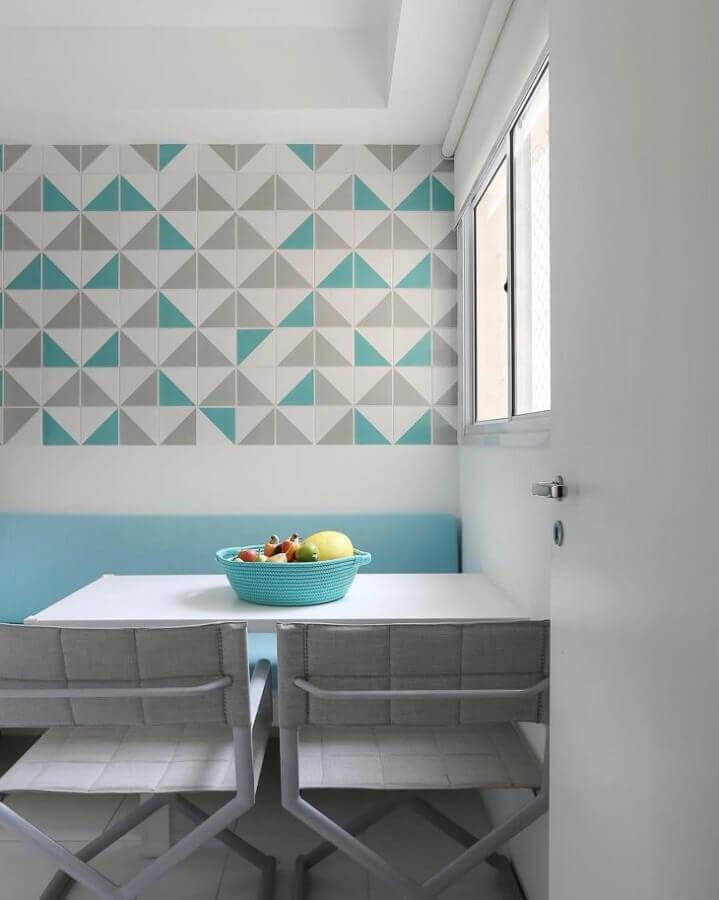 Decoração de sala de jantar pequena com revestimento cor ciano Foto Quattrino Arquitetura