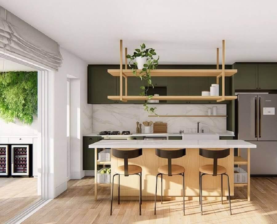 Decoração de sala e cozinha americana com ilha de madeira e armários verdes Foto Doma Arquitetura