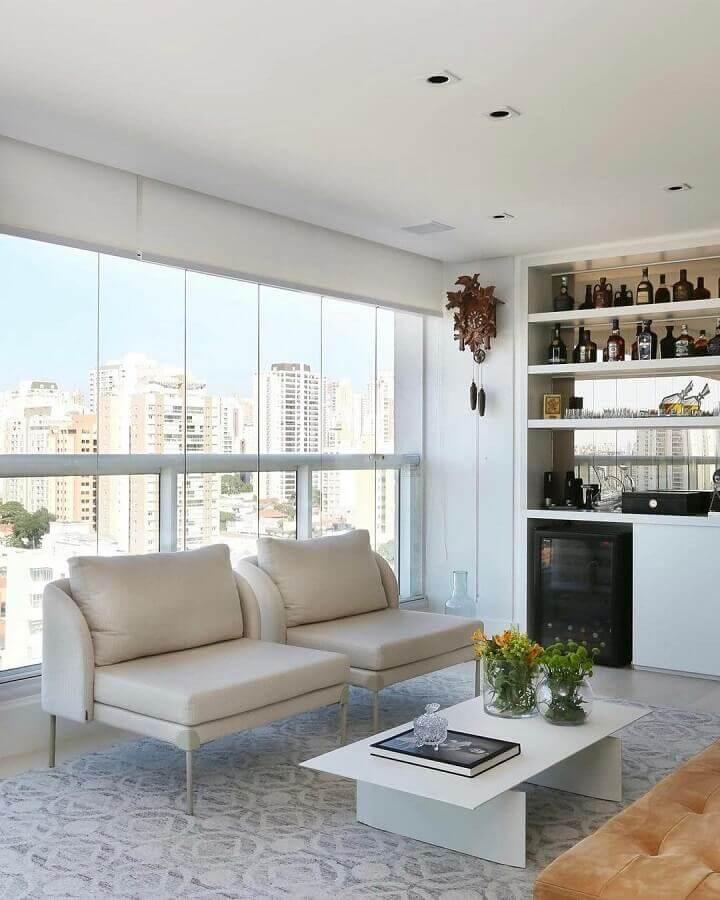 Decoração de varanda com barzinho planejado e poltrona branca Foto SP Estúdio Arquitetura