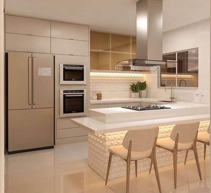 Decoração em cores claras com revestimento 3D para cozinha com ilha planejada Foto Catia Porcino