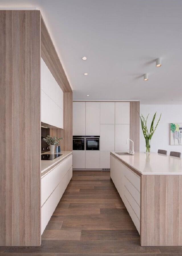 Decoração em cores claras para cozinha planejada grande com ilha com detalhes em madeira Foto Taylor Pressly Architects