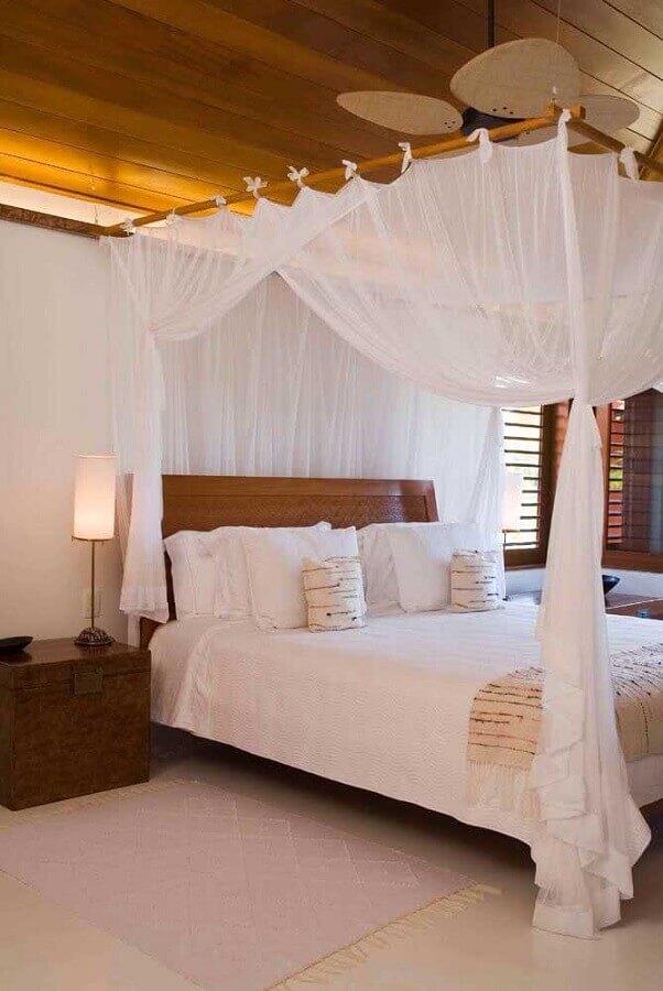 Decoração em cores claras para quarto de casal com cama com dossel Foto As Arquitetas