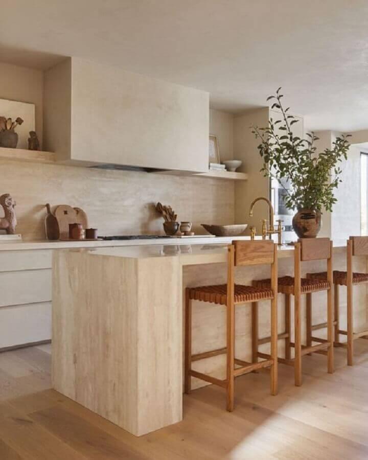 decoração em cores neutras com banqueta de madeira para cozinha planejada com ilha Foto Marble Trend Ltd.