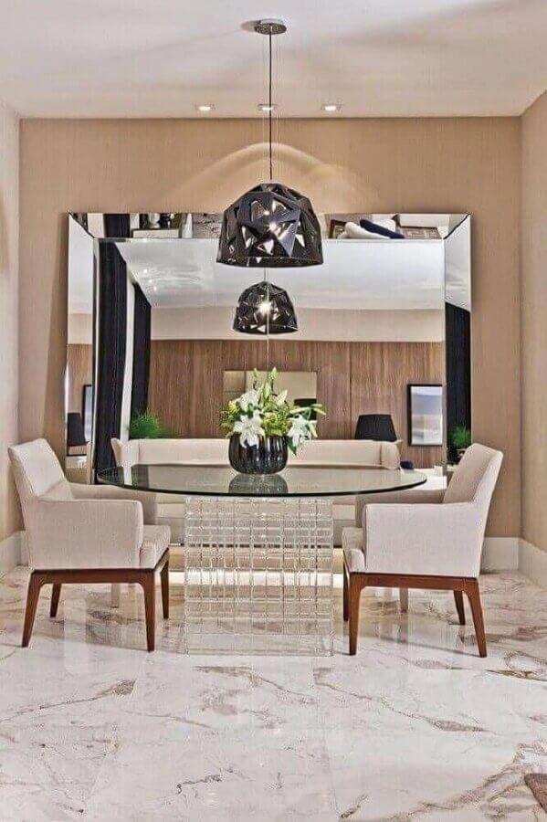 Decoração em cores neutras com espelho grande na sala de jantar Foto Decor Facil