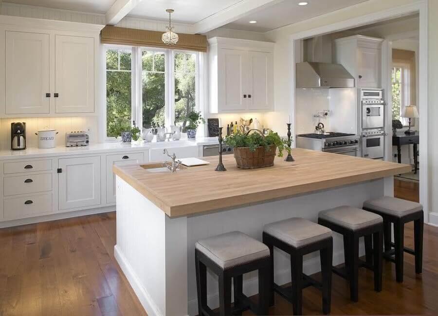 Decoração estilo clássico com banqueta baixa para cozinha planejada com ilha central Foto Tom Meaney Architect