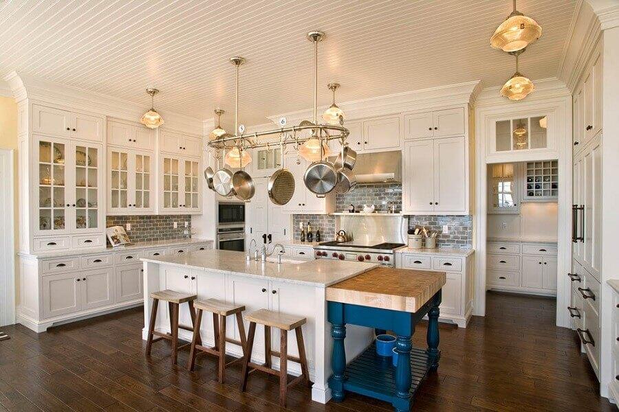 Decoração estilo provençal para cozinha planejada com ilha Foto The Redfield Home
