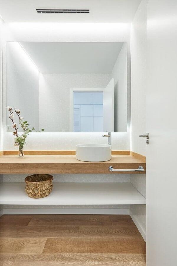 Decoração minimalista com bancada planejada para banheiro com piso de madeira Foto Homify