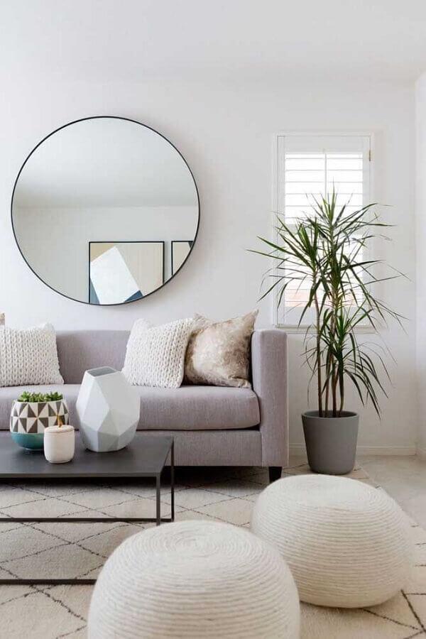 Decoração minimalista com espelho para sala de estar cinza e branca Foto Coodecor