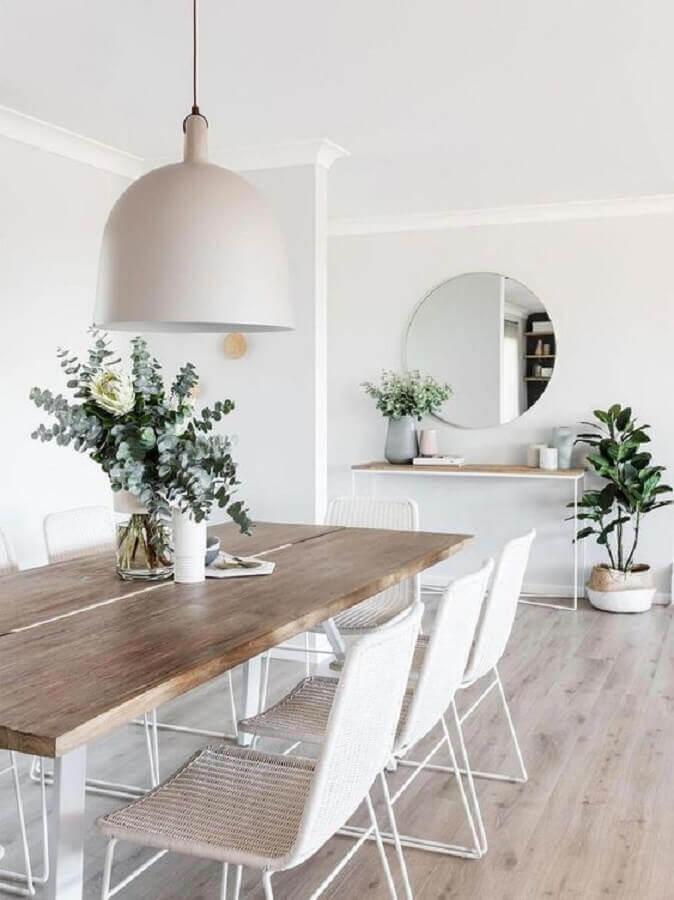 Decoração minimalista com espelho redondo na sala de jantar Foto MyDomaine