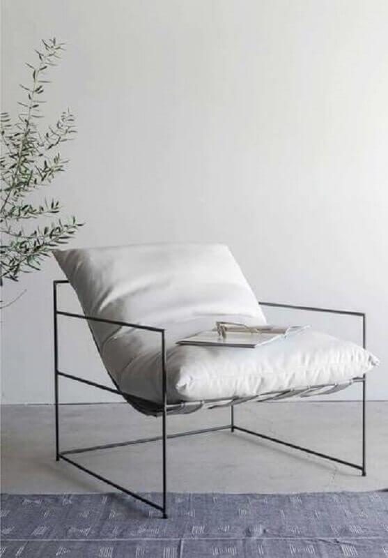 Decoração minimalista com poltrona branca moderna Foto Croft House