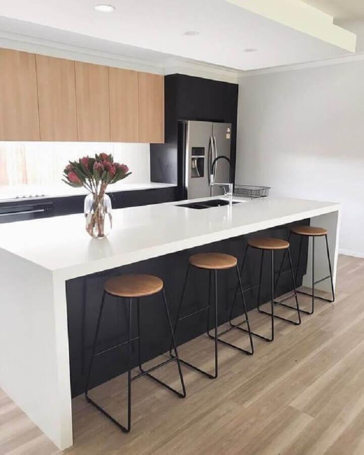 Decoração minimalista para cozinha planejada com ilha preta e branca com armário aéreo de madeira Foto Home Fashion Trend