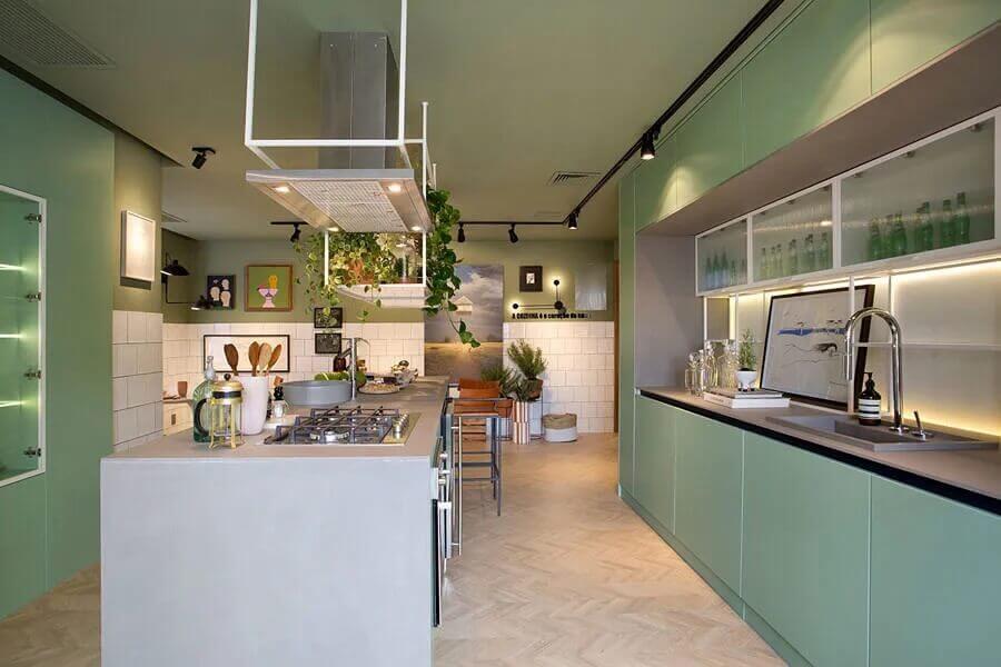 Decoração moderna com armário verde para cozinha planejada com ilha gourmet Foto Beta Arquitetura
