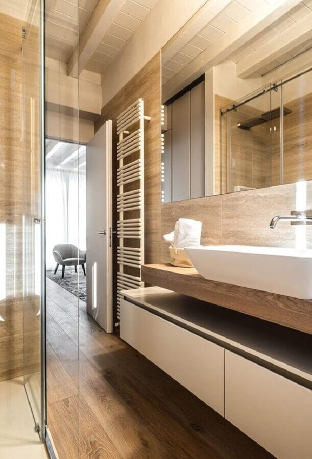 Decoração moderna com gabinete planejado para banheiro com piso de madeira Foto Decor Fácil