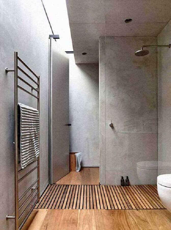 Decoração moderna com parede de cimento queimado para banheiro com piso de madeira Foto Home Fashion Trend