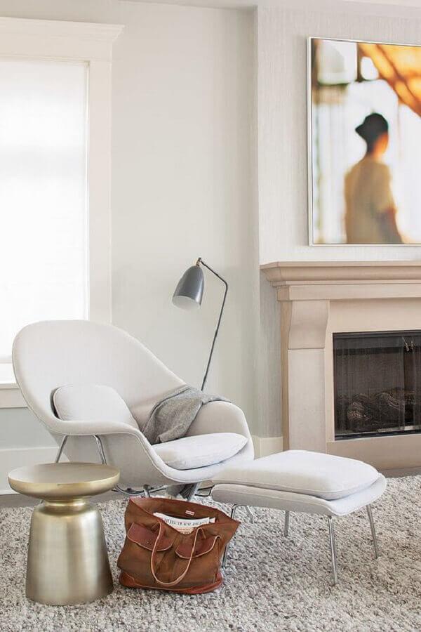 Decoração moderna com poltrona branca para sala com lareira Foto HomeAdore