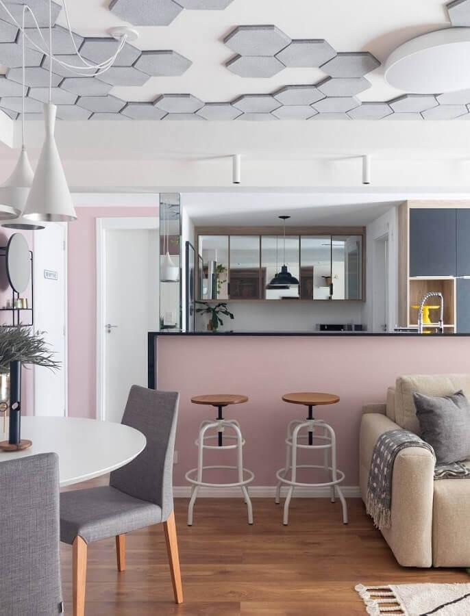 Decoração moderna com revestimento hexagonal para o teto de sala e cozinha americana Foto Mauricio Arruda