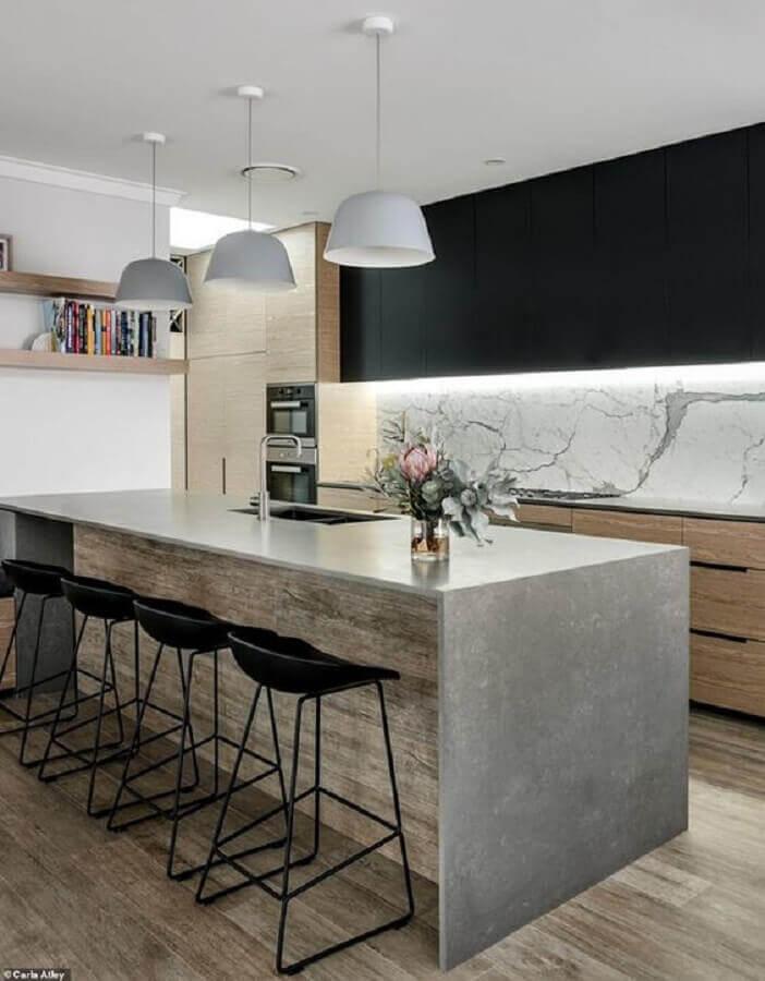 Decoração moderna de cozinha planejada com ilha de cimento queimado e armário aéreo preto Foto Home Fashion Trend