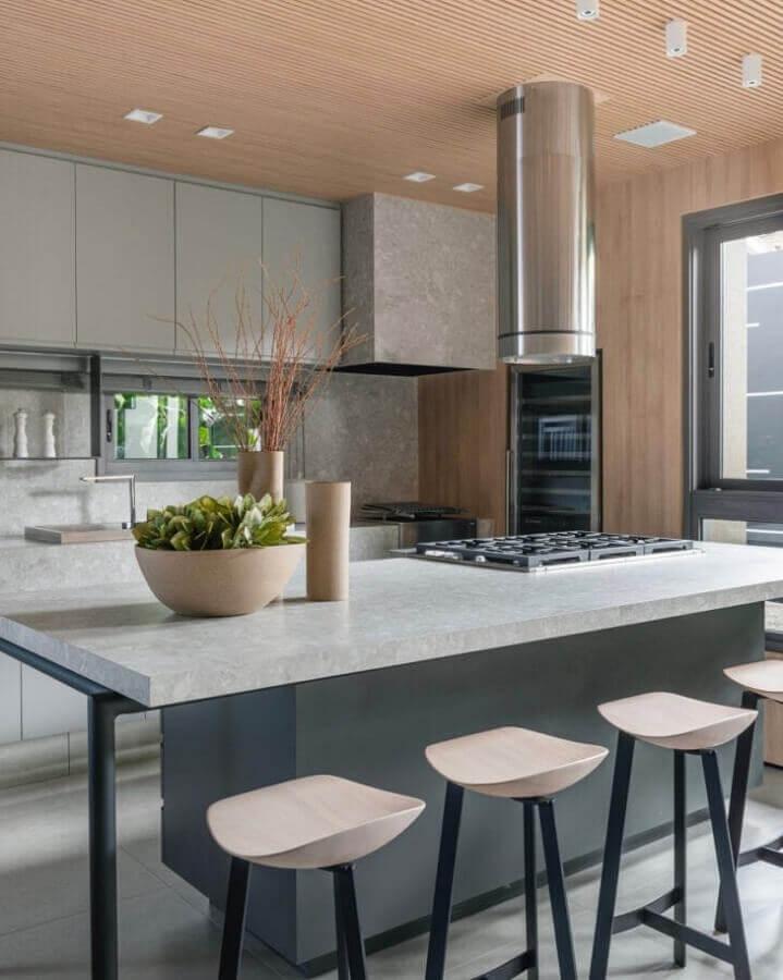 Decoração moderna de cozinha planejada com ilha gourmet Foto Thaisa Bohrer + Architect